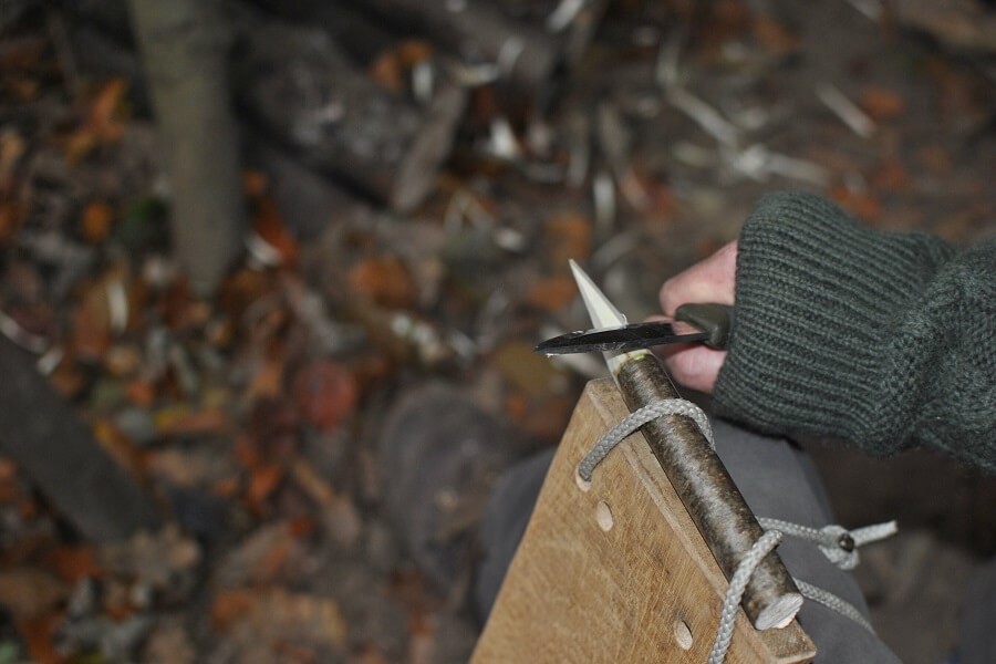 One-handed whittling using the aid / board that holds the wood firmly